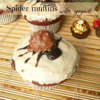 Spider muffins with Ferrero Rocher and yogurt.