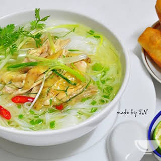 Ingredients of Vietnamese chicken noodle soup recipe (Phở gà).