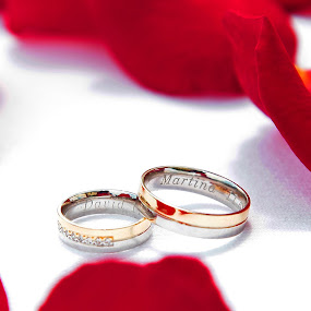 Rings in roses by Charles KAVYS - Wedding Details ( detail rings, colors, wedding, rings, gold,  )