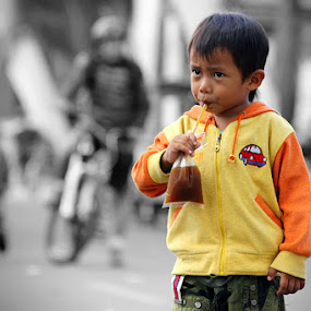 I want to drink by Hindra Komara - Babies & Children Children Candids ( child, candids, streets, people,  )