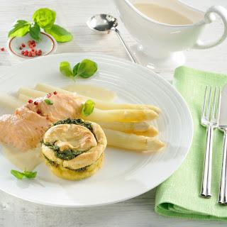 Kartoffel-Pesto-Soufflé zu pochiertem Lachsfilet
