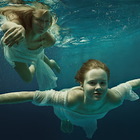 Real flight. by Dmitry Laudin - People Portraits of Women ( girl, underwater, dress, woman, swim )
