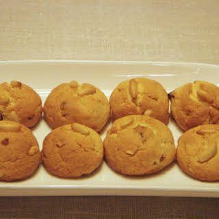 Christmas Pinenut And Golden Raisins Cookies.