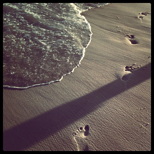 footprints by Fernanda Turino - Instagram & Mobile iPhone ( rio de janeiro, footprint, beach, copacabana )