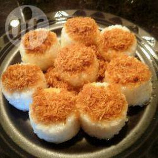 Pulut Inti Kelapa (Glutinous Rice Cakes with Coconut)