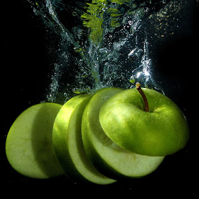Fresh Green Apple by Benyamin Kristiawan - Food & Drink Fruits & Vegetables ( water, apple, green apple, water splash )