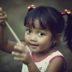 Hey.. by Kosmas Fikie Aryadi - Babies & Children Child Portraits ( portait, child, indonesia, play, westkalimantan, smile, eye )