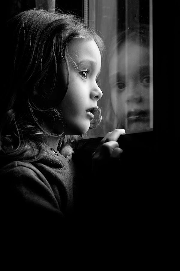 Riflessi eriflessioni by Emiliano Marcon - Black & White Portraits & People ( bn, emiliano marcon, d700, bw, valentina, luce, ritratto, bianco e nero, nikon, riflesso,  )
