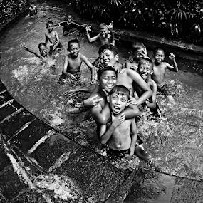 ciblon by Bonifasius Wahyu Fitrianto - Black & White Portraits & People ( childern, b&w, indonesia, street, portrait,  )