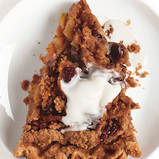 Cinnamon Apple Pie with Raisins and Crumb Topping.