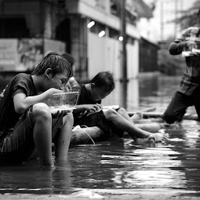 Eating Together by Jhones Gozali - Black & White Street & Candid ( playing, street, bw, floods, eating, candid, together )