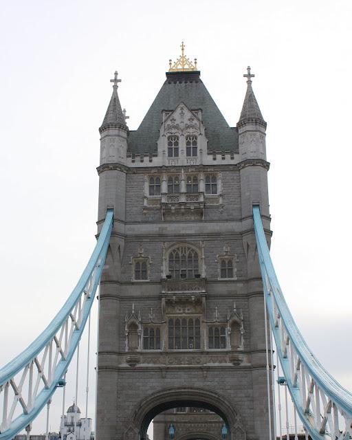 Detail věže, která obsahuje strojovnu a hydrauliku pro ovládání ramen mostu.