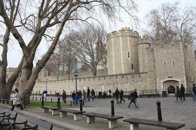 Londýnský Tower z nábřeží řeky Temže.