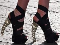 sandali a fasce di pelle