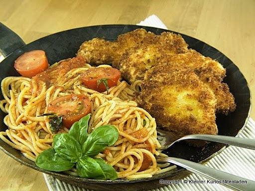 h hnchenschnitzel in parmesan panko kruste mit spaghetti und ged nsteten tomaten. Black Bedroom Furniture Sets. Home Design Ideas