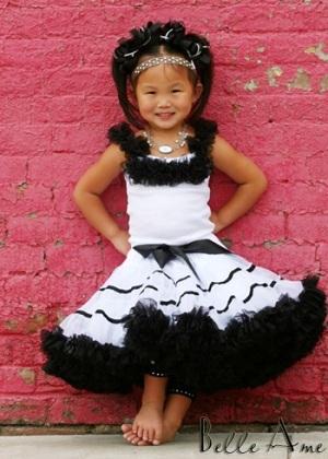 Пышная юбка белая с черными полосками.