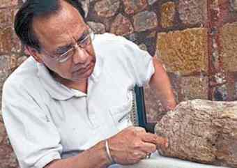 Ravindra Singh Bisht, former Joint Director General of the Archaeological Survey of India, explaining the four-sign inscription on sandstone discovered at Dholavira