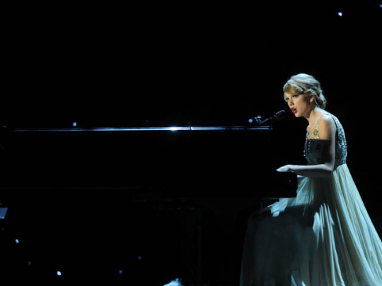 country-music-awards-taylor-swift-performs-on-cma-awards-2010-video