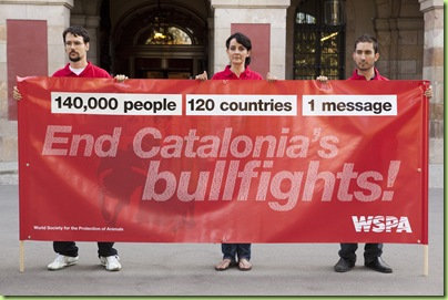 "100726 BARCELONA_WSPA representatives meet Ernest Benach, President of the Catalonian Parliament, to hand him over 140,000 signatures collected in 120 countries supporting a ban on bullfighting in Catalonia. WSPA volunteers stood outside with banners reading ""End Catalonia's bullfights!"" in English and Catalan.  Representantes de WSPA se reúnen con Ernest Benach, Presidente del Parlament de Catalunya, para entregarle más de 140.000 firmas de 120 países en apoyo de la prohibición de las corridas de toros en Catalunya. Voluntarios de WSPA desplegaron pancartas a la entrada del Parlament con la leyenda ""Pongamos fin a las corridas de toros en Catalunya"" en inglés y catalán."
