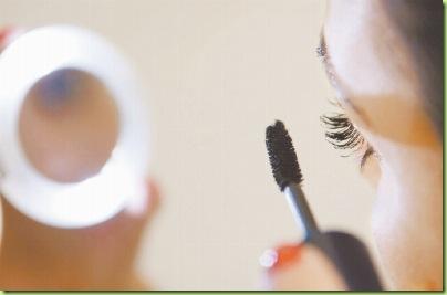 1dffcff8b Um dos quesitos fundamentais na escolha de uma boa maquiagem para os olhos  não é a cor, o brilho ou a textura – é claro que isso conta e muito – mas  ...