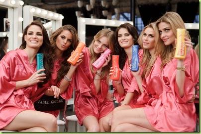 """6fb8175f5 O filme com a Xuxa e as dream models será veiculado na TV durante o  intervalo da novela """"Passione"""". Durante as gravações"""