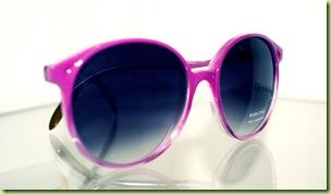 32661f504cc46 A Rosa Choc, por sua vez, tem acessórios inspirados nas décadas 60, 70 e  80. Os óculos redondos com hastes cor de rosa estão por R  89,90.