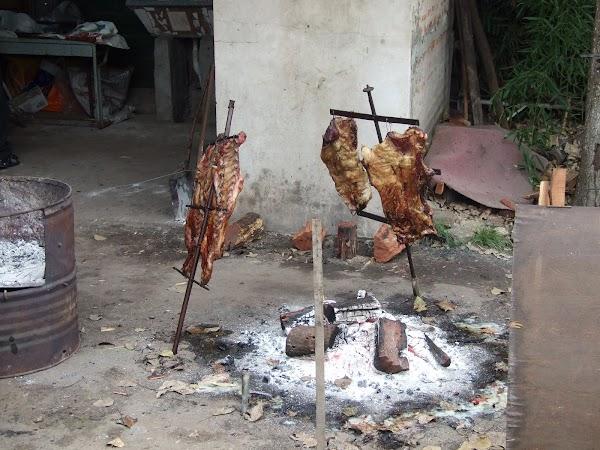 Imagini Argentina: asado in curte.JPG