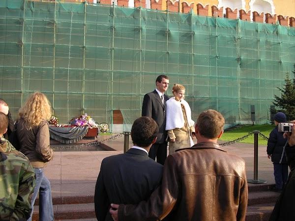 Imagini Rusia: nunta pozandu-se la mormant, Moscova