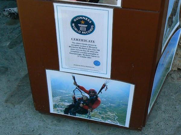 Obiective turistice Cipru de Nord: cea mai batrana femeie paraglide-ista.JPG