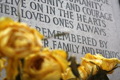 坟墓与黄玫瑰花园在汉普斯特德火葬场在伦敦郊区
