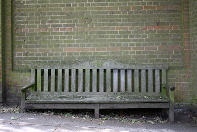 板凳在人行道上花园在汉普斯特德在伦敦郊区