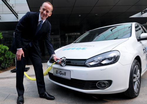 4月6日,大众汽车集团(中国)总裁兼CEO倪凯铭演示给一辆高尔夫电动车充电.jpg