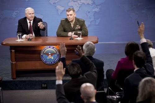 美国国防部新闻发布会。左一为美国国防部长盖茨.jpg