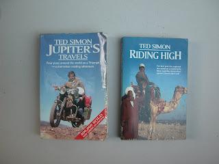 טד סיימון נחשב גם הוא לגורו עולמי בתחום. עיתונאי יהודי בריטי שבשנת 1967 יצא על טריומף מחורבן לחצות את העולם. מסע ששינה את חייו. כתיבתו הקולחת והחכמה מעניקה הנאה רבה גם למי שאופנוע לא בראש לו. מאז הוא עשה זאת כבר כמה פעמים. היום כשהוא מעל שבעים. הוא הוציא עוד שלושה ספרים על מסעות שכאלה. חי במדינת וושינגטון. אני מקווה לעבור דרכו במסע שלי.