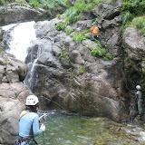 ガッコ沢側の小滝右壁を登り、高巻き開始