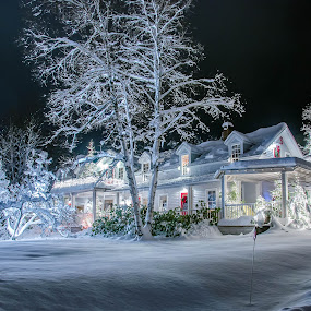 Stage Coach Inn by Kim Verstringhe - Public Holidays Christmas ( #lakeplacid, #nightphotography, #winterwonderland, #holidaylights )