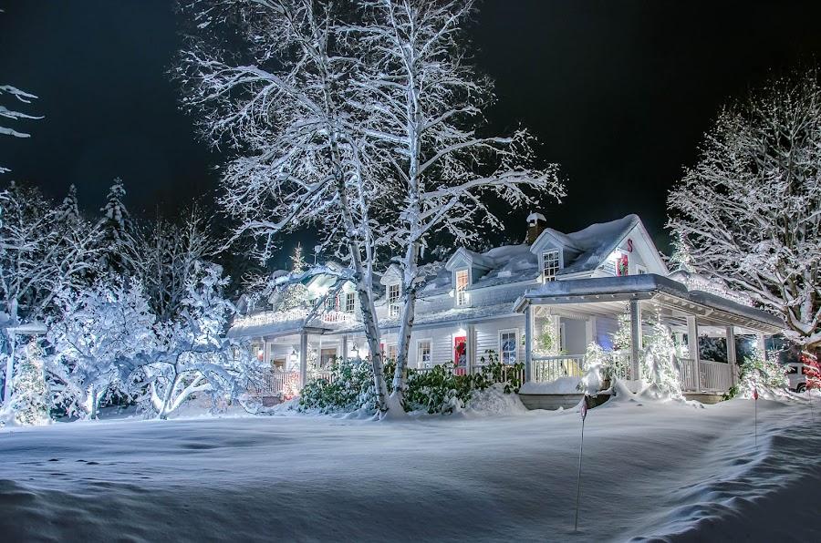 Stage Coach Inn by Kim Verstringhe - Public Holidays Christmas ( #lakeplacid, #nightphotography, #winterwonderland, #holidaylights )