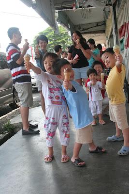 YES! 我们终于吃到冰淇淋咯!