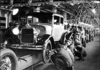 1927:  The production line at a Ford motor factory in Michigan, USA.  (Photo by Hulton Archive/Getty Images)ā