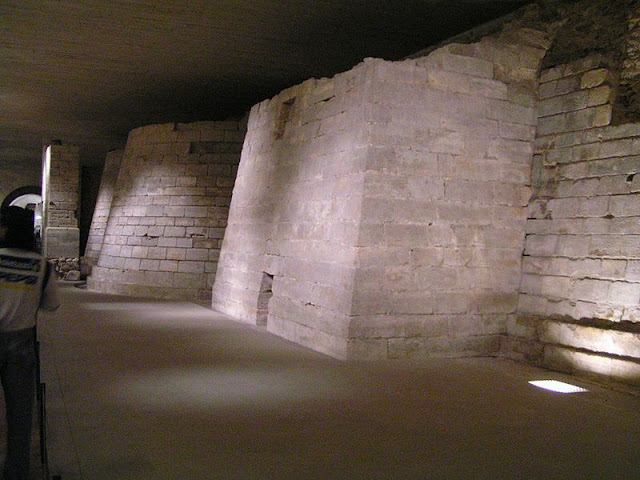 Louvre_medieval_foundations.jpg
