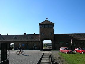 127 - Auschwitz II - Birkenau, entrada.JPG