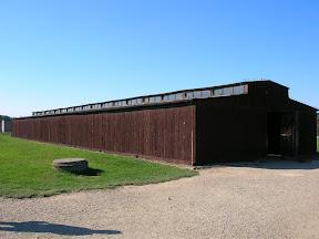134 - Auschwitz II - Birkenau, barracón de madera.JPG