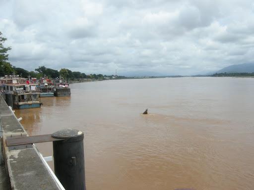 Puerto de Chiang Saeng en el rio Mekong, todavia bajo de nivel, pero el mes que viene tendra unos 5 metros mas de altura de agua.