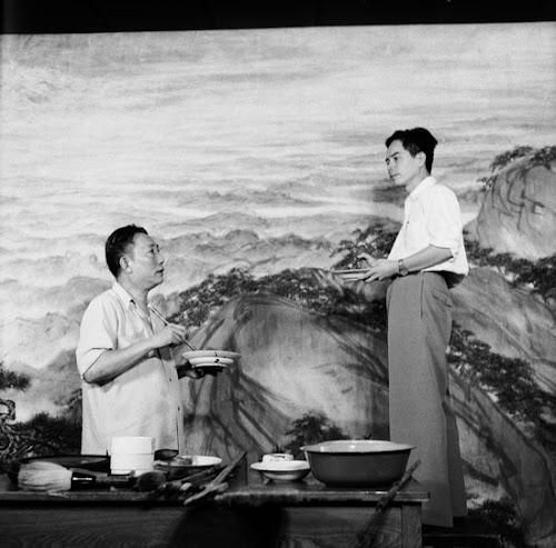 画家傅抱石(左)、关山月(右)联手为人民大会堂绘制巨幅水墨画《江山如此多娇》。北京,1959年9月初。.jpg