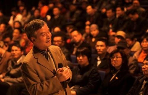 3月11日,北大法学教授贺卫方先生现身禾城,在嘉兴大剧院星光剧场作了一场《法治与文化》的演讲.jpg