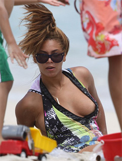 Beyoncé's beach wardrobe malfunction [photo courtesy of Splash news]