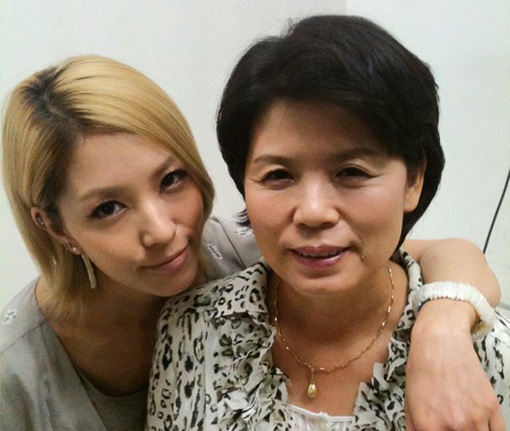BoA and her Mum | Tweeted photo