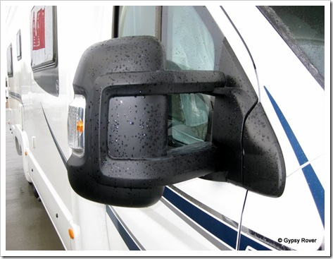 Huge exterior mirrors with indicator.