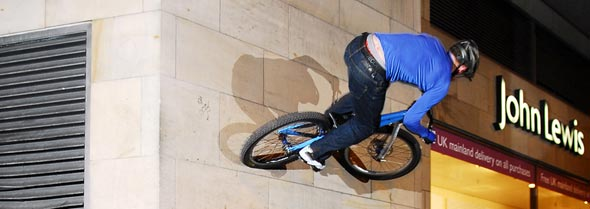 Ali Clarkson fazendo acrobacias com bicicleta.