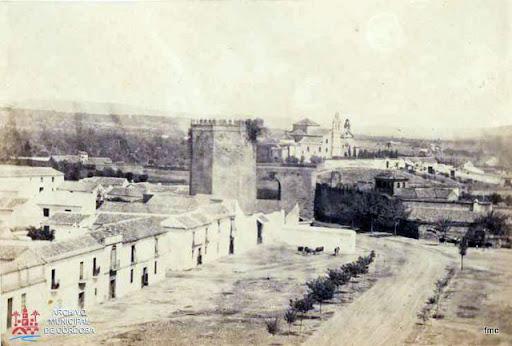 Vista desde la Merced, con San Cayetano al fondo y vista de la puerta del Compás